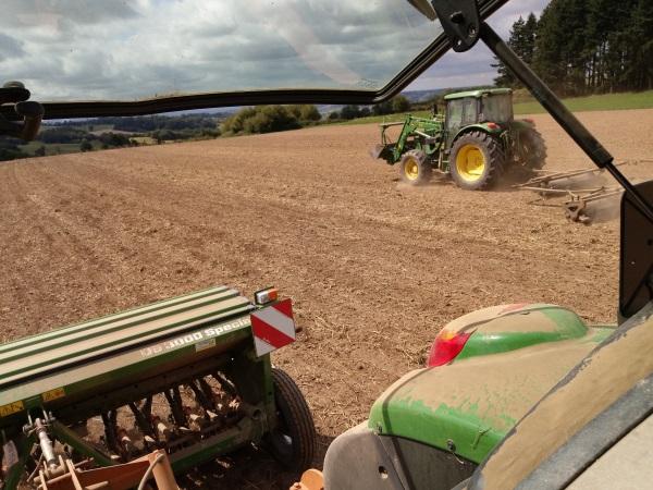 Virginie travaille le sol de ses parcelles avant les semis - devenir éleveur caprin ovin mouton chèvres
